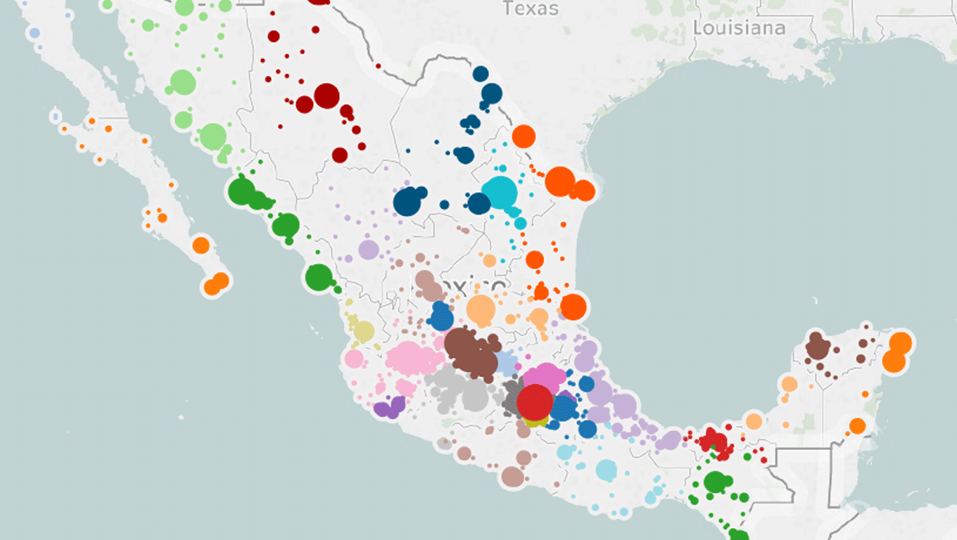 Map of Mexico with circles sized by population assigned to medical unit, colored by entity
